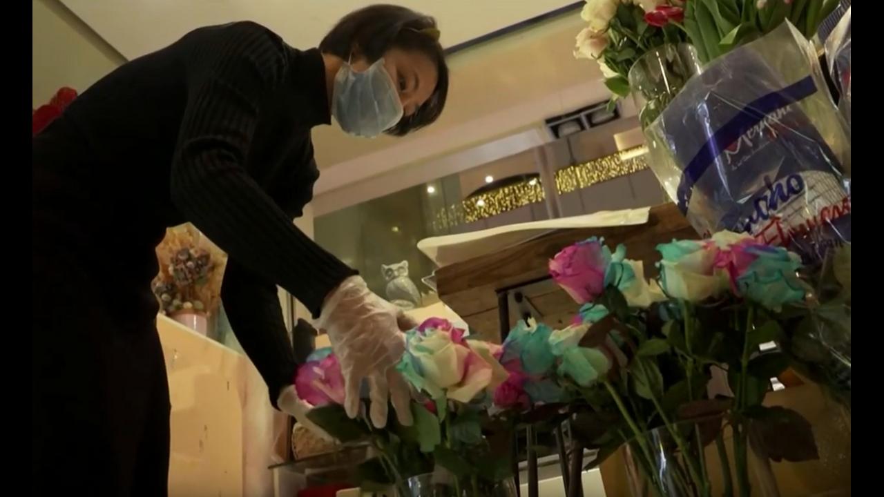 Ανθοπώλισσα στην Κίνα δίνει δώρο στους πελάτες και ένα... απολυμαντικό χεριών!