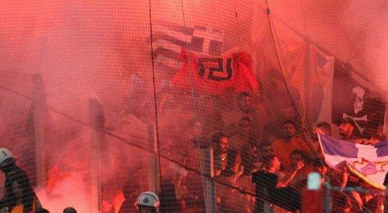 """Η ΟΥΕΦΑ """"είδε"""" τη σημαία της Χρυσής Αυγής σε οπαδούς του ΑΠΟΕΛ"""