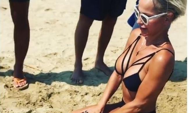 Νατάσα Καλογρίδη: Η σέξι εμφάνιση στη Μύκονο με το θανατηφόρο μπούστο! (ΒΙΝΤΕΟ)