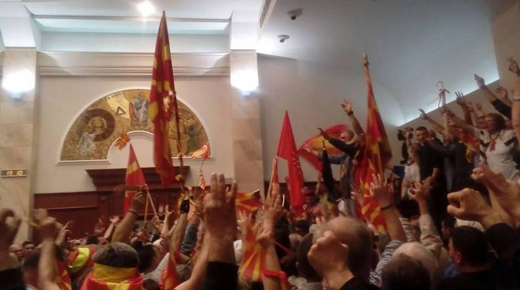 Εκτός ελέγχου η κατάσταση στα Σκόπια : Εθνικιστές διαδηλωτές εισέβαλαν στο κοινοβούλιο μετά την εκλογή Αλβανού προέδρου- Γρονθοκόπησαν την ηγέτιδα του Σοσιαλδημοκρατικού Κόμματος-Δείτε live (ΦΩΤΟ-ΒΙΝΤΕΟ)