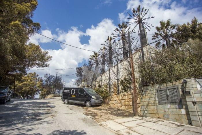 Φωτογραφίες αποκαλύπτουν ότι το σπίτι το σπίτι του Ηλία Ψινάκη δεν κάηκε όπως ο ίδιος είχε δηλώσει