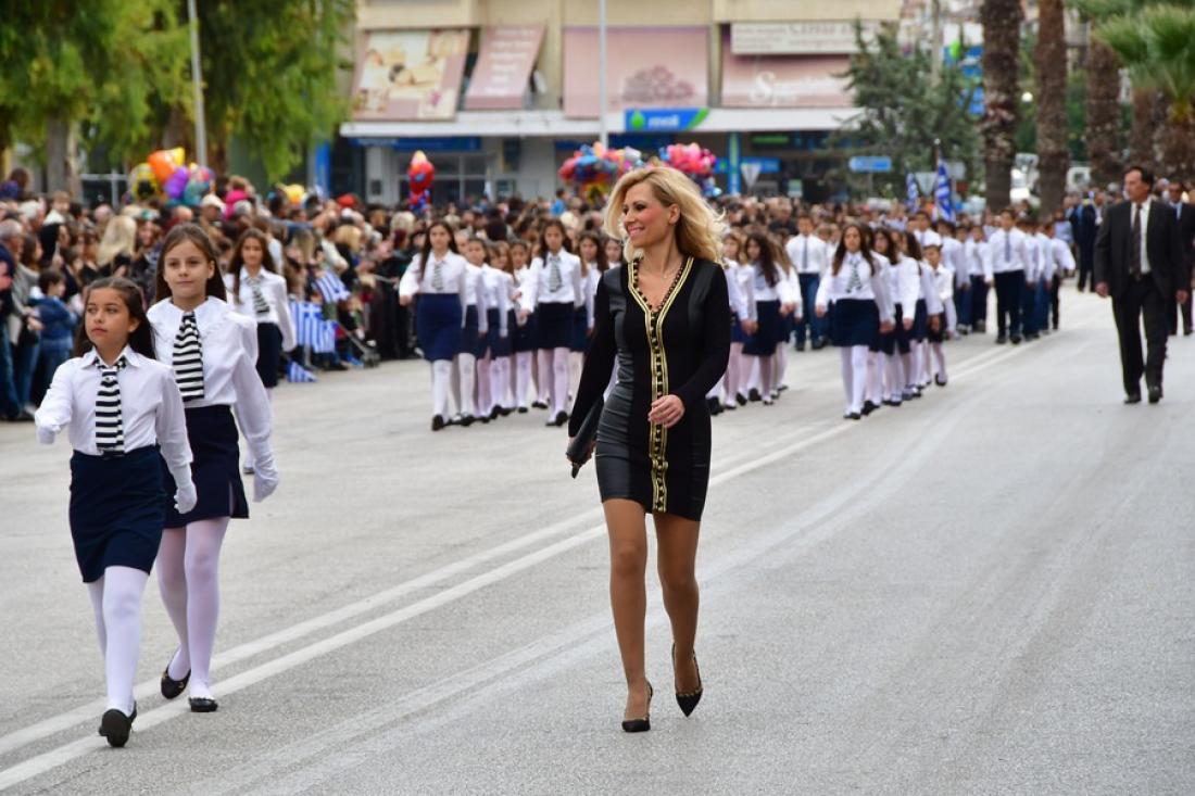 28η Οκτωβρίου: Η σέξι δασκάλα που... τράβηξε τα βλέμματα στην παρέλαση (ΦΩΤΟ) | ΕΛΛΑΔΑ | thepressroom.gr
