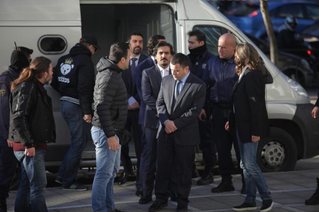 Ελεύθεροι οι 8 Τούρκοι στρατιωτικοί για τις ποινικές κατηγορίες