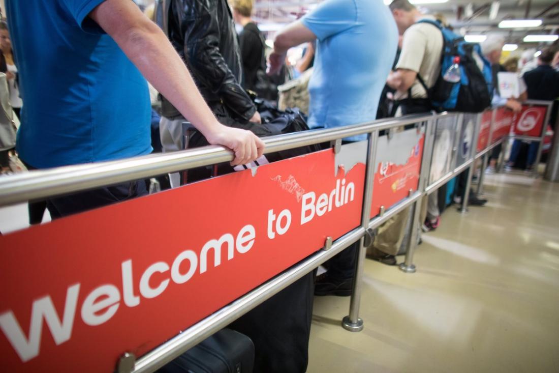 Σαν χώρα de facto εκτός Σένγκεν εξακολουθεί να  αντιμετωπίζει το Βερολίνο την Ελλάδα - Απίστευτη ταλαιπωρία για τους Έλληνες που ταξιδεύουν στη Γερμανία-Προς νέα παράταση οι έλεγχοι