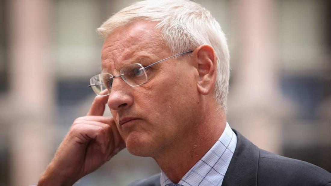 Δεν κοιτάει την χώρα του ο πρώην Σουηδός πρωθυπουργός, προκαλεί την Ελλάδα που βρίσκεται σε εθνικό πένθος