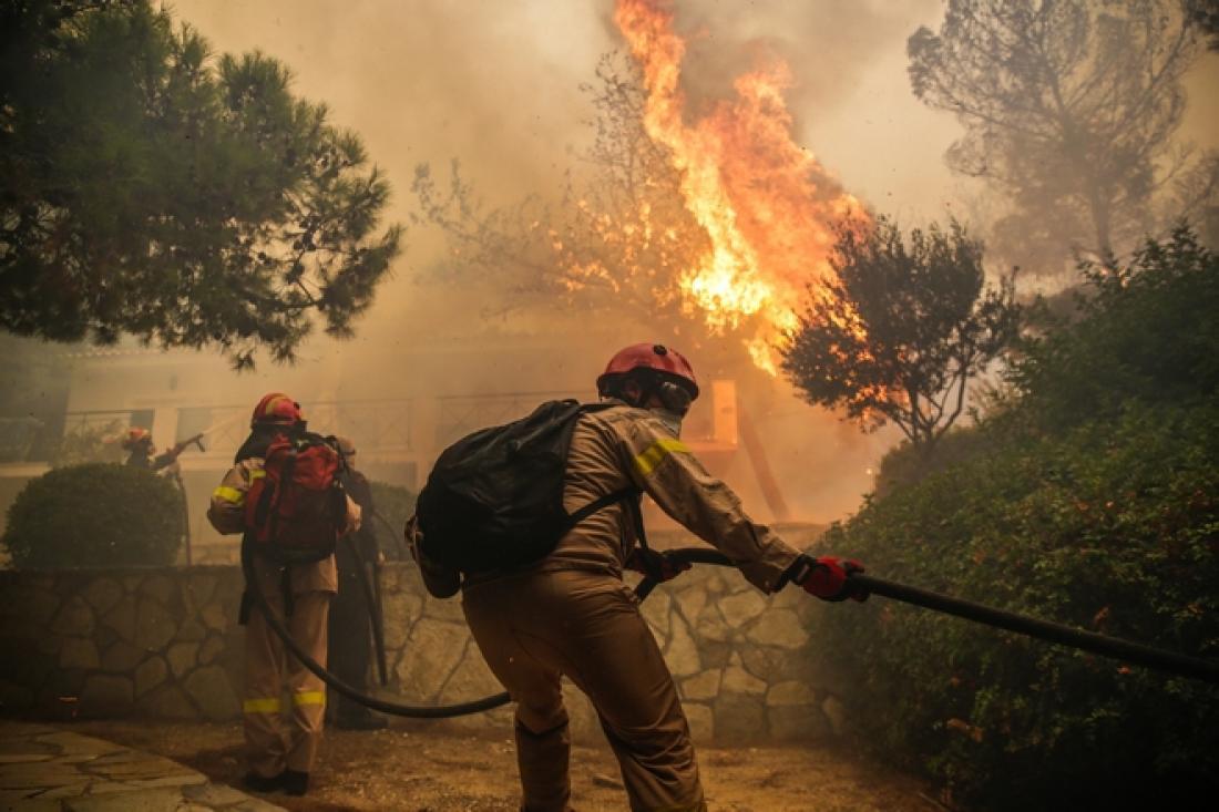 Ανεξέλεγκτη η πυρκαγιά στην Κινέτα - Φλόγες καίνε σπίτια στους οικισμούς Γαλήνη και Μαρούλα και Πανόραμα -Στην παραλία κατευθύνεται το πύρινο μέτωπο-Χτυπούν οι καμπάνες (ΦΩΤΟ+ΒΙΝΤΕΟ)