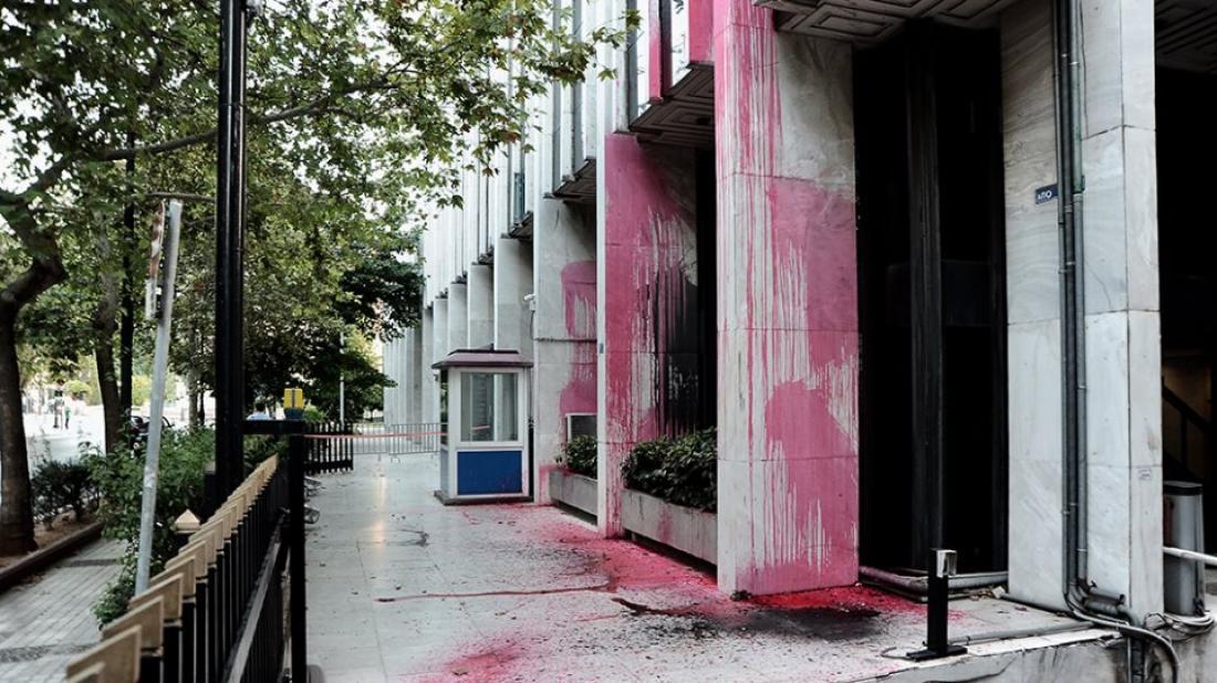 Επίθεση του Ρουβίκωνα στο υπουργείο Εξωτερικών σημειώθηκε πριν από λίγα λεπτά , μερικέςώρες μετάτην καταδρομική επίθεση μελών του στη ΔΟΥ Ψυχικού