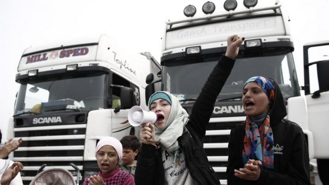 Πρόσφυγες εισήλθαν στον αυτοκινητόδρομο της Αθηνών-Λαμίας και μπλόκαραν για περισσότερες από τρεις ώρες, την κυκλοφορία-Ένταση με τους οδηγούς (ΒΙΝΤΕΟ)