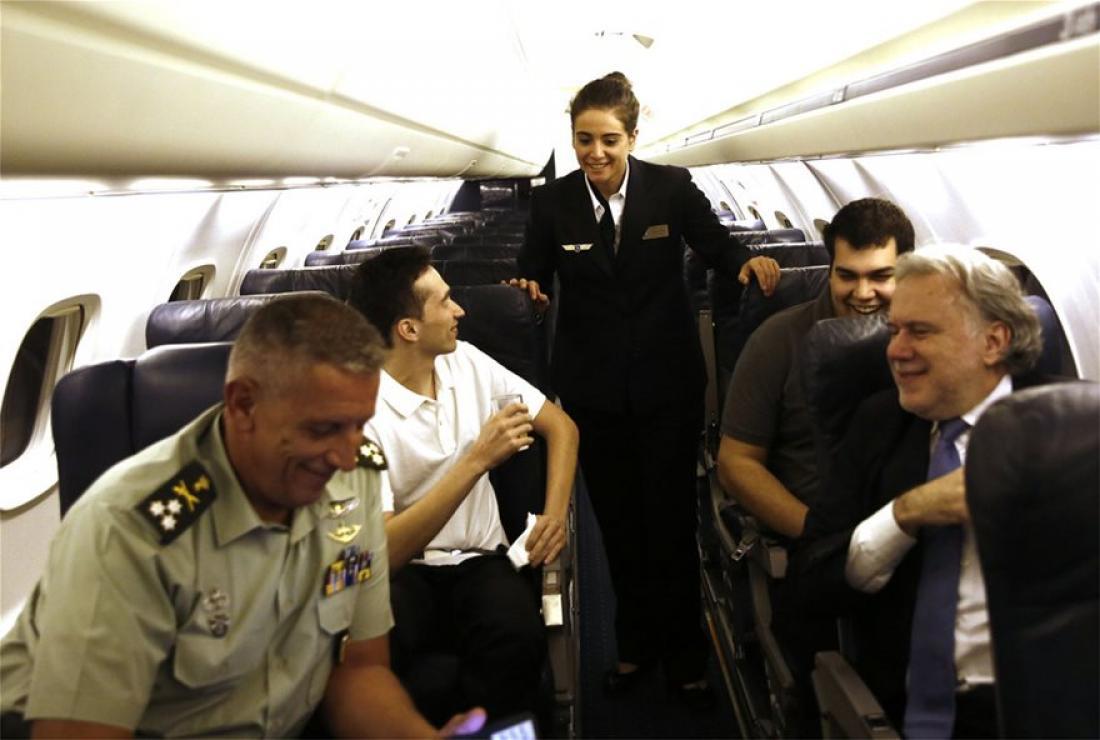 Δείτε τις εικόνες από το πρωθυπουργικό αεροπλάνο που έφερε στην πατρίδα τους στρατιωτικούς μας