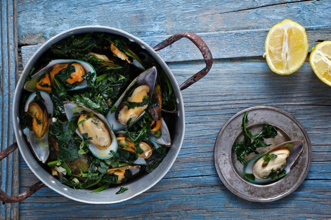 Νηστίσιμες συνταγές: Μύδια στην κατσαρόλα με σπανάκι