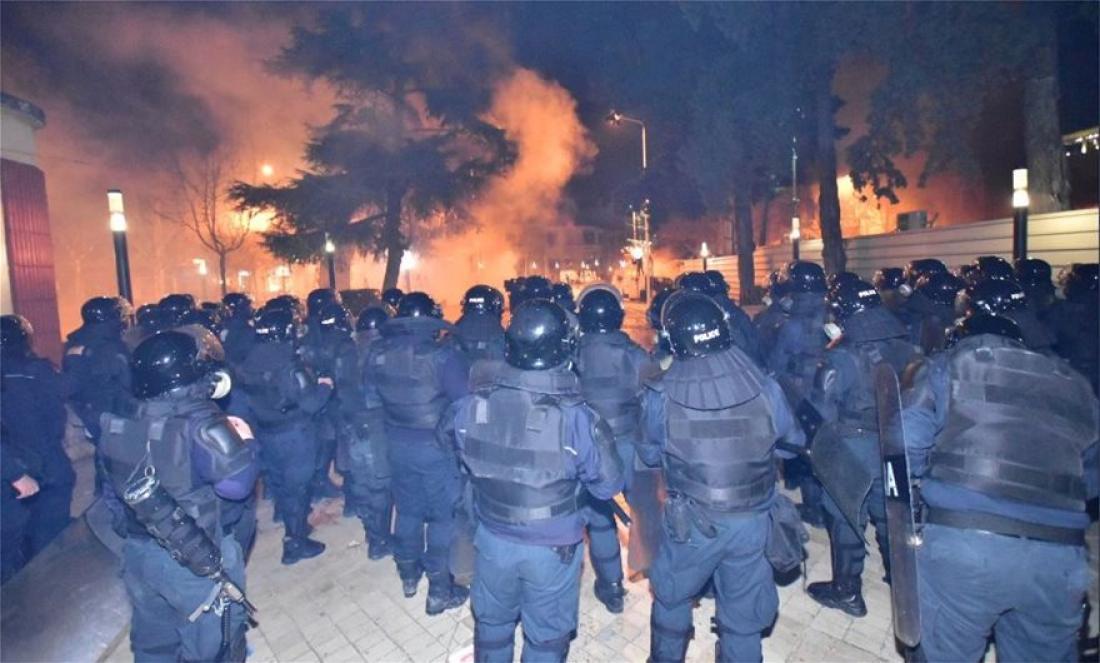 Αλβανία: Νέες βίαιες συγκρούσεις διαδηλωτών και αστυνομικών εξω από τη Βουλή