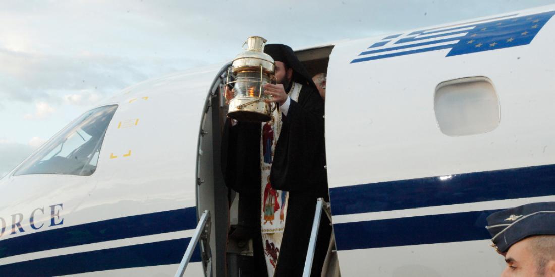 Στις 20:15 και με μεγάλη καθυστέρηση προσγειώθηκε στο στρατιωτικό αεροδρόμιο της Ελευσίνας το κυβερνητικό αεροσκάφος που μεταφέρει το Άγιο Φως-Live η τελετή