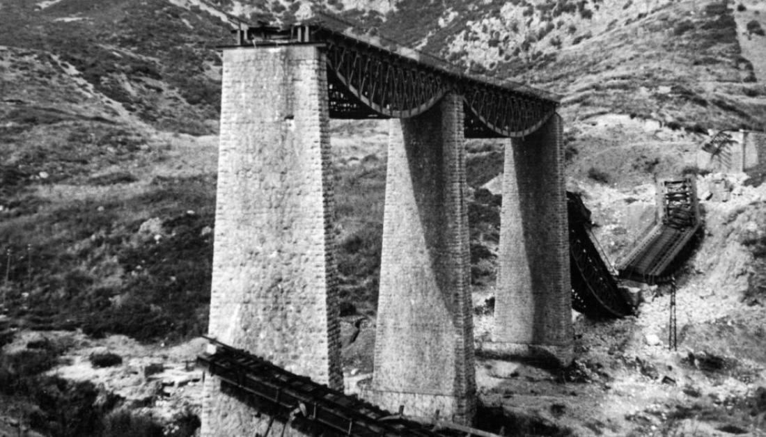 Σαν σήμερα25 Νοεμβρίου1942 Έλληνες αντάρτες ανατινάζουν τη γέφυρα του Γοργοποτάμου