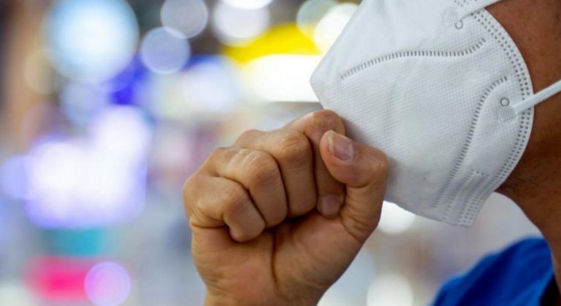 Οι Γερμανοί κρατούν μάσκες και γάντια που προορίζονται για την Ελλάδα