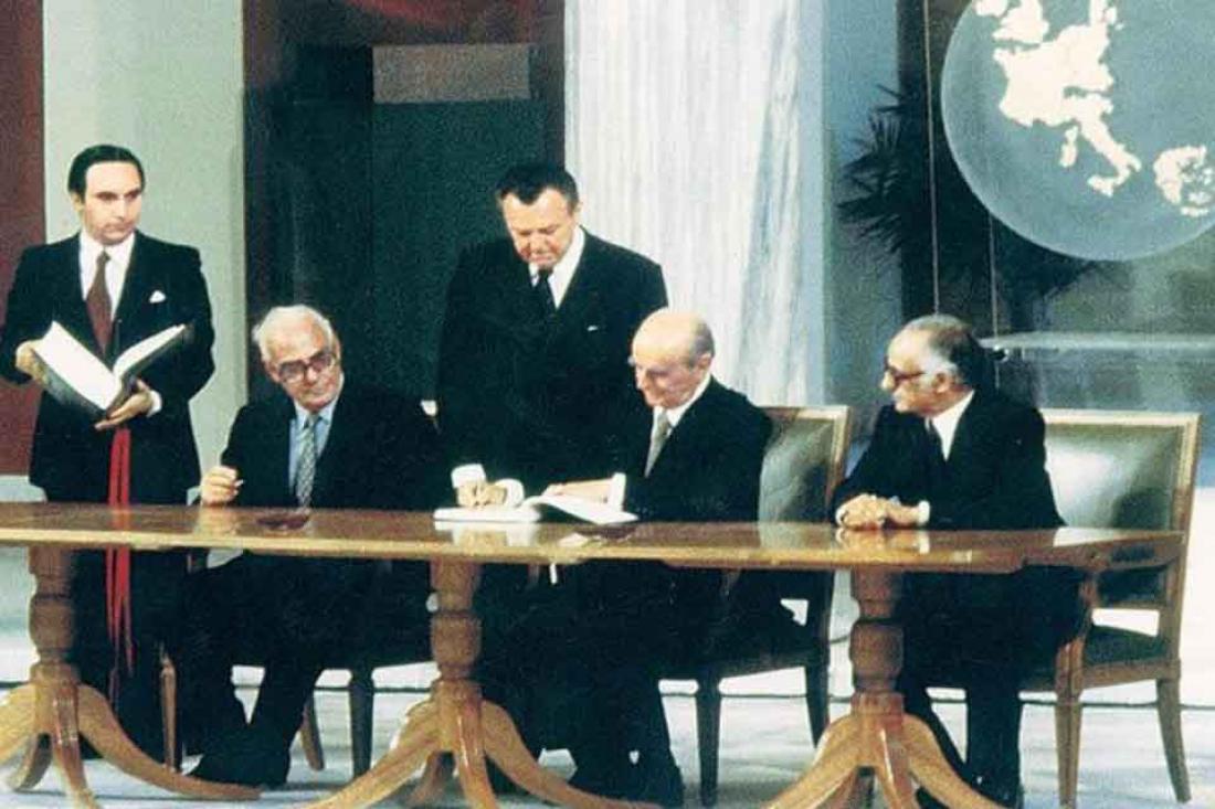 Σαν σήμερα28 Μαΐου 1979 ο Κωνσταντίνος Καραμανλής υπογράφει τη συμφωνία ένταξης στην ΕΟΚ