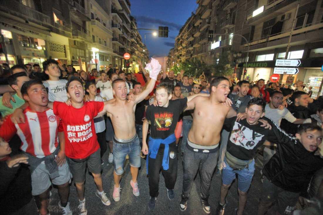 Οπαδοί του Ολυμπιακού ξεχύθηκαν στους δρόμους να πανηγυρίσουν την πρόκριση του Ολυμπιακού στον τελικό του Final Four-  Σε ένα συγκλονιστικό ημιτελικό η ομάδα του Πειραιά κέρδισε την ΤΣΣΚΑ Μόσχας με ψυχή και καρδιά (ΦΩΤΟ- ΒΙΝΤΕΟ)