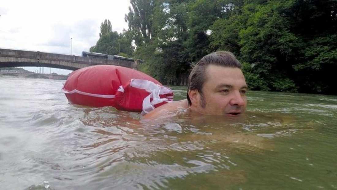 Γερμανία: Ο άνθρωπος που πηγαίνει κάθε ημέρα κολυμπώντας στη δουλειά του (ΒΙΝΤΕΟ)
