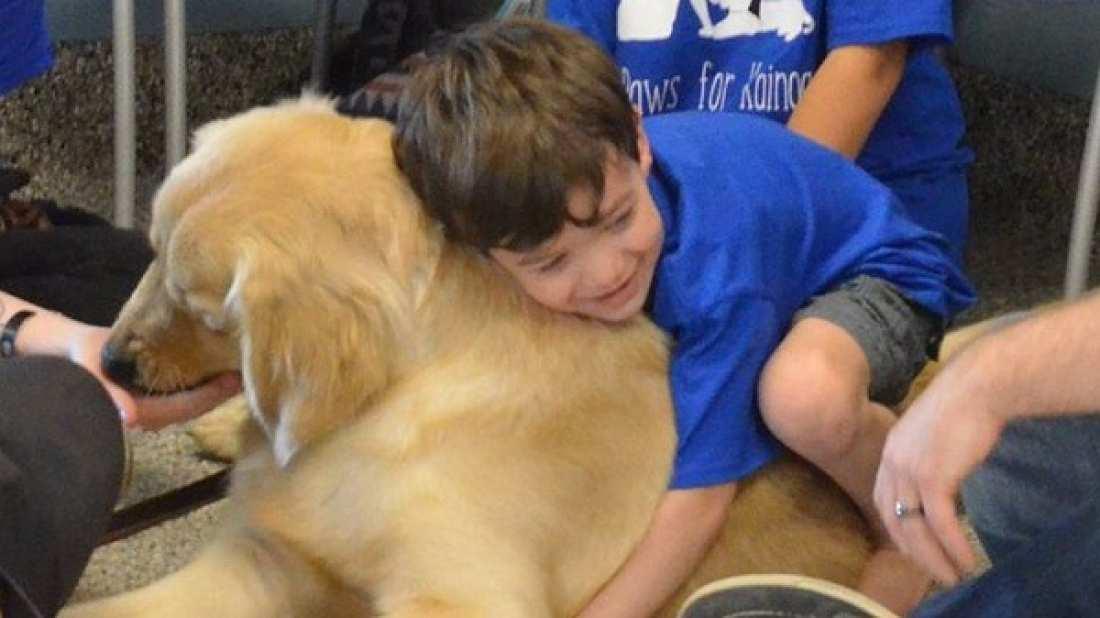 Aυτιστικό αγόρι που δεν μπορεί να αγκαλιάσει, χώνεται στην αγκαλιά του σκύλου!