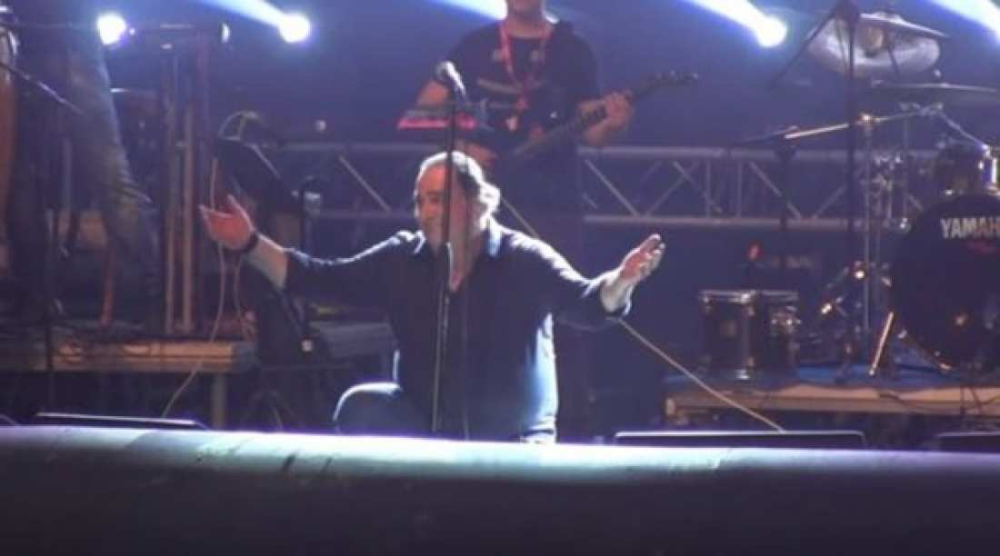 Η υπόκλιση του Βασίλη Καρρά σε συναυλία που τρέλανε τους θεατές (ΒΙΝΤΕΟ)