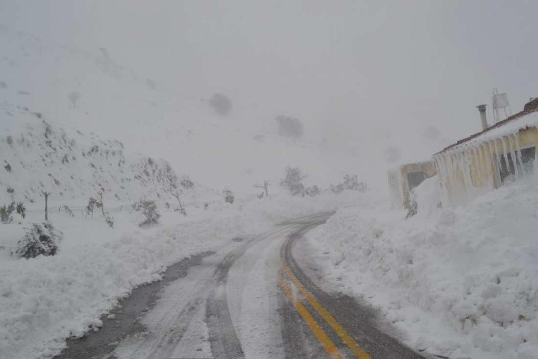 «Μάχη» με το χιόνι για να ανοίξουν οι δρόμοι στη Ήπειρο