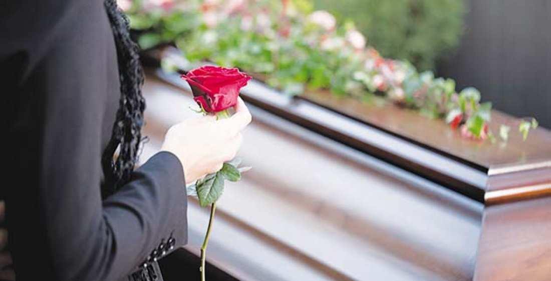 ΣΑΛΟΣ ΣΤΗΝ ΠΑΤΡΑ: Ζωηρή χήρα έπεσε στην αγκαλιά Καζανόβα νεκροθάφτη