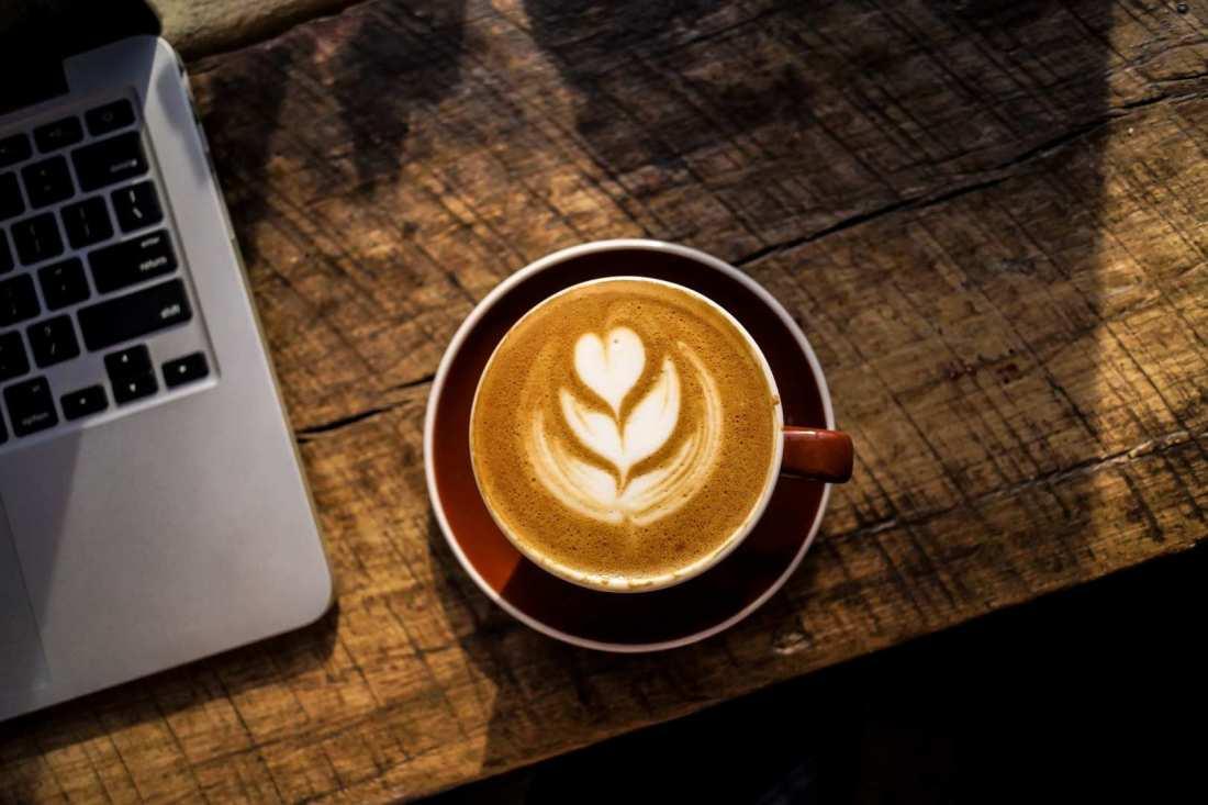 Μάθετε πόσες θερμίδες έχει ο καφές που πίνετε