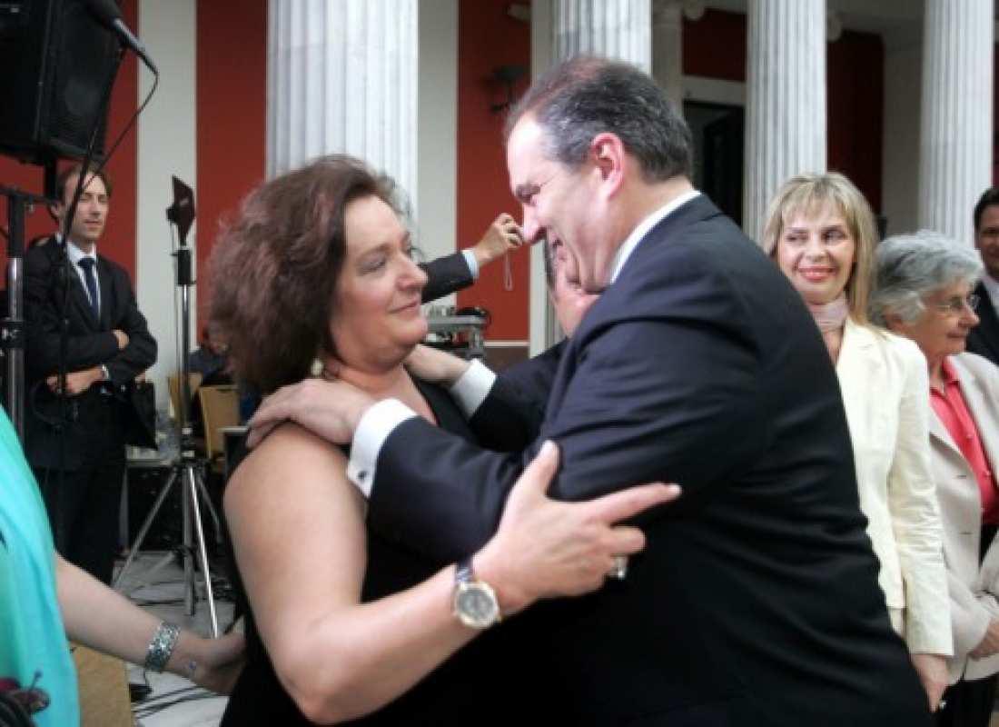 Παρουσία του πρώην πρωθυπουργού και προέδρου της ΝΔ, Κώστα Καραμανλή, βραβεύεται αύριο το πρωί στην αίθουσα του Δημοτικού Θεάτρου Λαμίας, η πρώην υπουργός και ευρωβουλευτής Μαριέττα Γιαννάκου για την πολύχρονη προσφορά της στην Παιδεία και στον δημόσιο βίο.