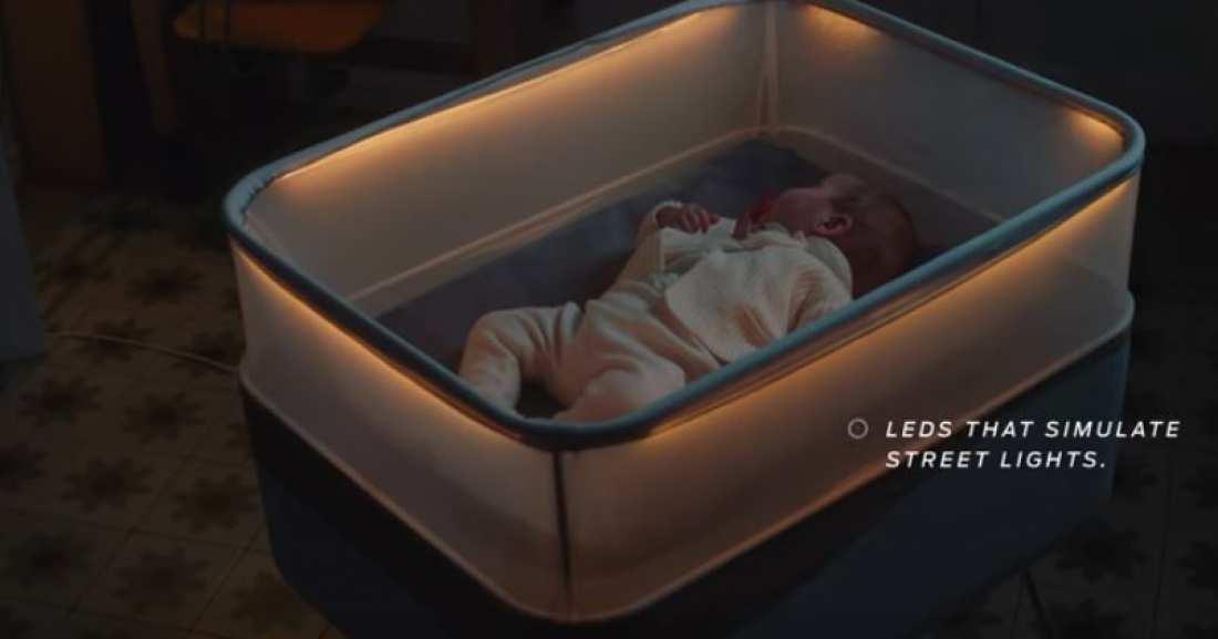 """""""Έξυπνη"""" κούνια προσομοιώνει βόλτες με αυτοκίνητο για να κοιμούνται τα μωρά"""