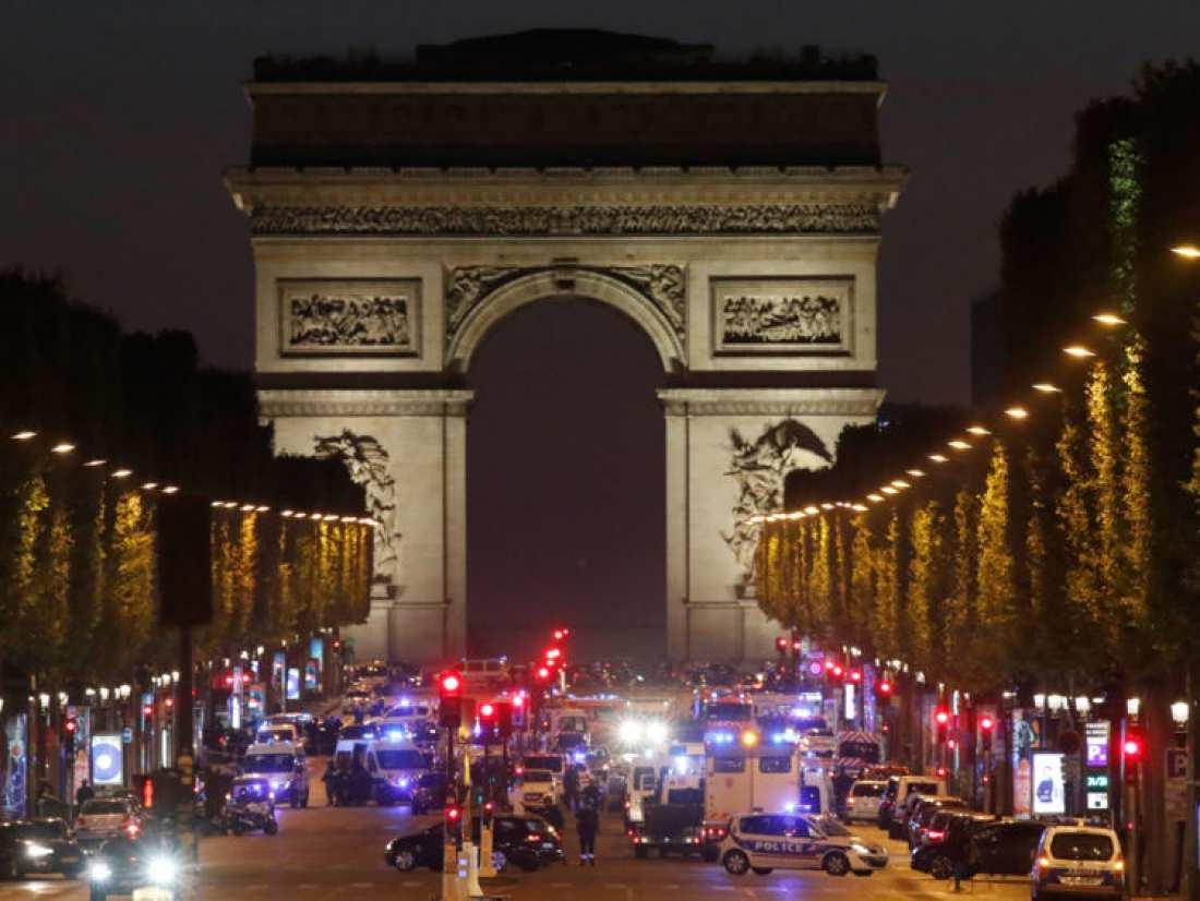 Παρίσι: Σύμφωνα με ανακοίνωση του γαλλικού υπουργείου Εσωτερικών (00:20 ώρα Ελλάδος) από την ανταλλαγή πυροβολισμών στα Ηλύσια Πεδία σκοτώθηκε ένας αστυνομικός και τραυματίστηκαν σοβαρά άλλοι δύο-Νεκρός ένας δράστης- Ένταλμα σύλληψης για δεύτερο ύποπτο (ΦΩΤΟ-ΒΙΝΤΕΟ)