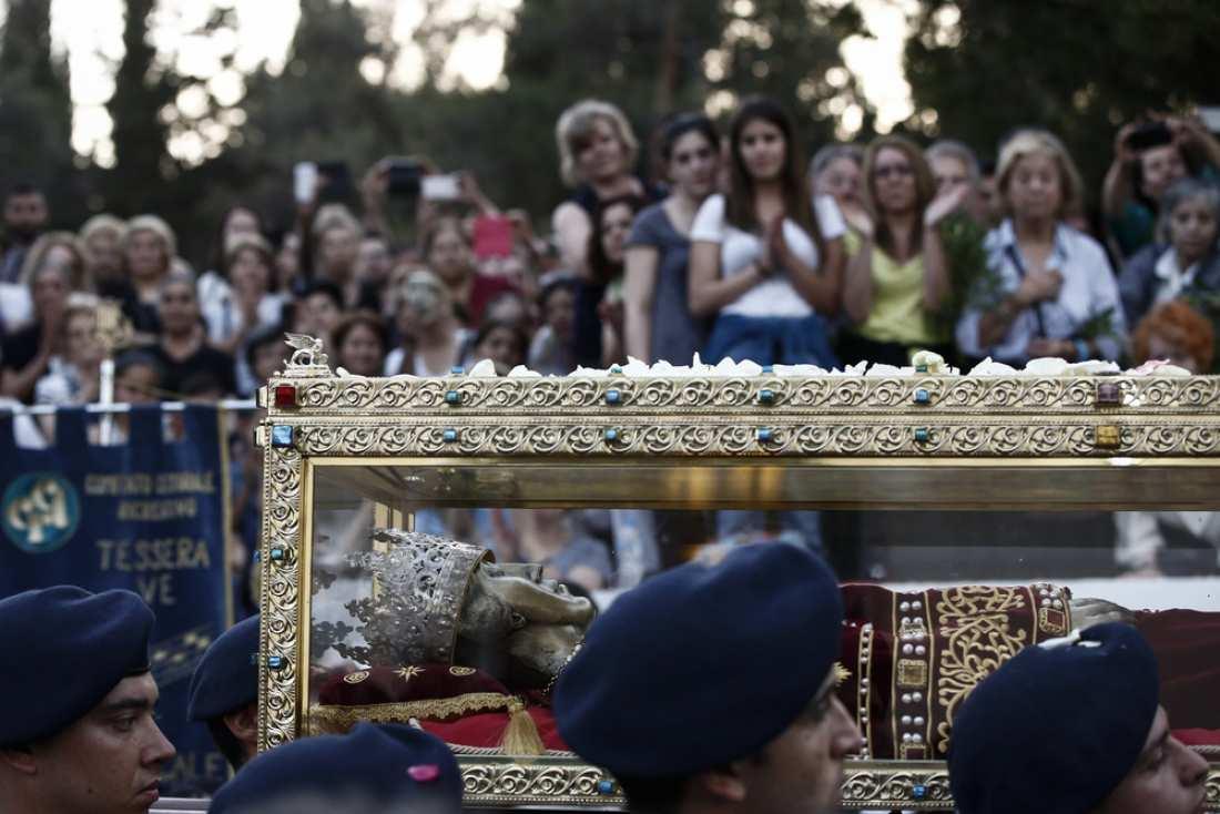Αποτέλεσμα εικόνας για Τίμιο Σταυρό και το Ι. Λείψανο της Αγίας Ισαποστόλου Ελένης.