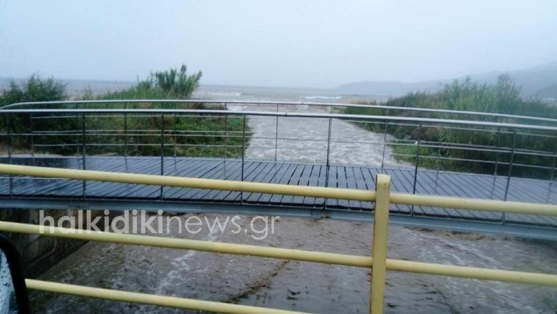 «Μέδουσα»: Ανελέητα πλήττεται η Σιθωνία στην Χαλκιδική-Υπερχείλισαν ποταμοί-Ένας νεκρός στην Αμφιλοχία