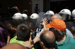 ΠΟΕ-ΟΤΑ: Σύγκρουση με τα ΜΑΤ έξω από το ΥΠΕΣ - Σε αδιέξοδο η συνάντηση με Σκουρλέτη (ΦΩΤΟ)