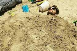 Γρηγόρης Γκουντάρας και Μπέτυ Μαγγίρα παίζουν στην άμμο!