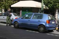 Το πρωί, η δημοτική αστυνομία προέβη στην αφαίρεση πινακίδων από οχήματα που ήταν παράνομα σταθμευμένα