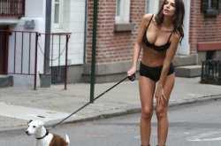 Κάντο όπως η Έμιλι! Βγάλε τον σκύλο βόλτα με τα εσώρουχα!
