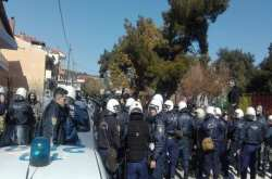 Ωραιόκαστρο: Ένταση έξω από σχολείο εν αναμονή προσφυγόπουλων (ΒΙΝΤΕΟ)