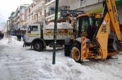 Με φορτηγά μεταφέρουν το χιόνι από την πόλη της Φλώρινας