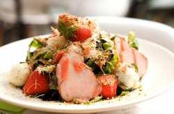 Η συνταγή της εβδομάδας: Πράσινη σαλάτα με κανταΐφι, απάκι, γκορκοντζόλα και σως φράουλας