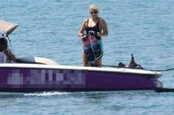 Η Κωνσταντίνα Σπυροπούλου με μαγιό στην παραλία (ΦΩΤΟ)