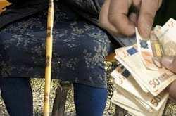 Προσποιήθηκε τον τεχνικό της ΔΕΗ και έπεισε γιαγιά να βγάλει τα λεφτά της έξω γιατί κινδύνευαν να καούν!