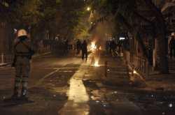 Επιθέσεις νεαρών ατόμων σε διμοιρία των ΜΑΤ, στην οδό Χαριλάου Τρικούπη
