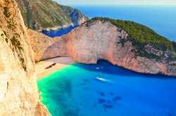 Απολαύστε την παραλία όπως δεν την έχετε ξαναδεί και διαβάστε την ιστορία του ναυαγίου (ΒΙΝΤΕΟ)