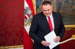 O σοσιαλδημοκράτης Αυστριακός υπουργός Άμυνας Ντόσκοτσιλ απορρίπτει τις πρωτοβουλίες της ΕΕ και επιθυμεί να ρυθμίσει διμερώς την προστασία των συνόρων