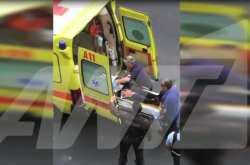 Βίντεο-σοκ λίγα μόλις λεπτά με την επίθεση με παγιδευμένη επιστολή  στον Λουκά Παπαδήμο- Αιμόφυρτος από τα τραύματά του ο πρώην πρωθυπουργός μεταφέρεται στο ασθενοφόρο και στη συνέχεια στον Ευαγγελισμό (ΦΩΤΟ- ΒΙΝΤΕΟ)
