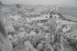 Θάφτηκαν κάτω από τα χιόνια η Αλόννησος και η Σκόπελος – Παραμένουν χωρίς ρεύμα και νερό!