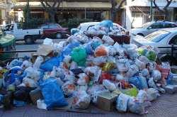 Συνεχίζεται το θρίλερ με τα σκουπίδια με τον καύσωνα να χτυπάει την Ελλάδα