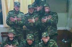 """Σάλος με φωτογραφία στρατιωτών να σχηματίζουν με τα χέρια τον """"αλβανικό αετό"""""""