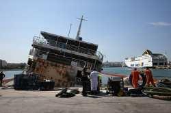 Το πλοίο είχε παρουσιάσει από αδιευκρίνιστη αιτία δεξιά κλίση 40 μοιρών και παρέμενε ημιβυθισμένο