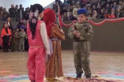 Έβαλαν παιδιά νηπιαγωγείου με στολές και ψεύτικα όπλα να αναπαραστήσουν το πραξικόπημα του Ιουλίου (ΒΙΝΤΕΟ)