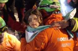 Τέσσερις ακόμη επιζώντες ανασύρθηκαν από τα ερείπια του ξενοδοχείου Rigopiano